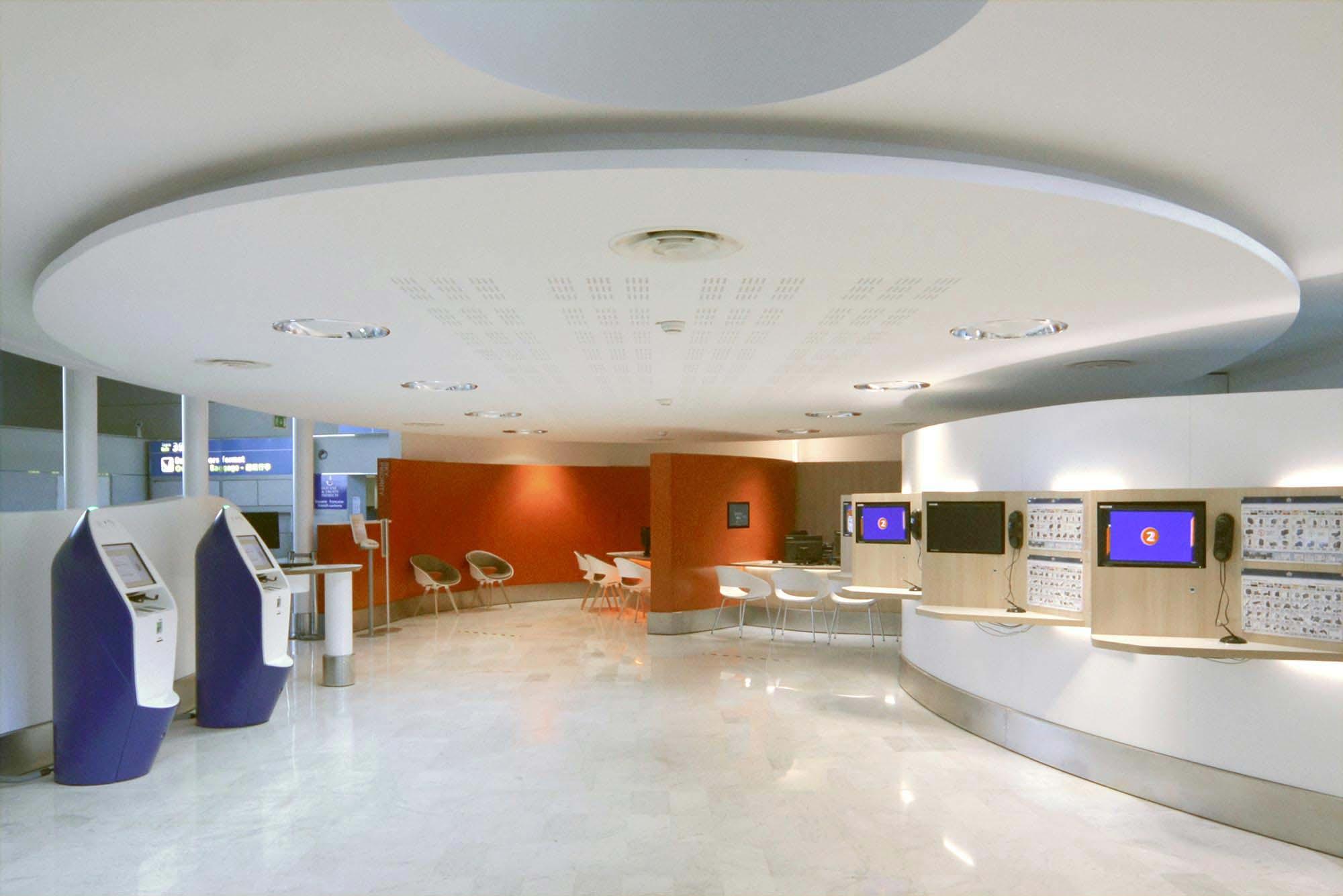 Raf Listowski Atelier d'Architecture création deux agences litige bagages Air France aéroport Roissy Charles de Gaulle aérogare 2E niveau arrivée Paris