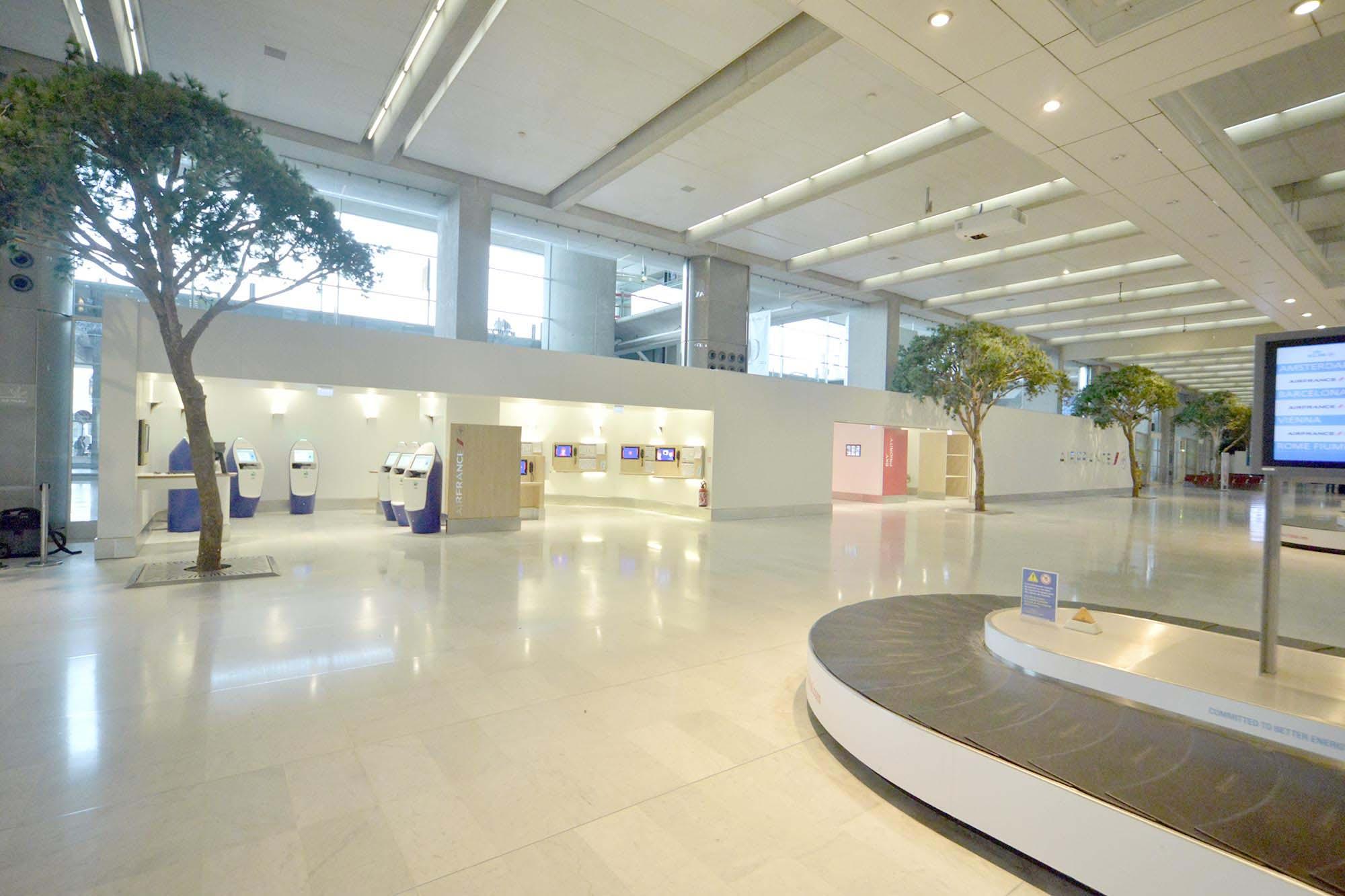 Raf Listowski Atelier d'Architecture création deux agences litige bagages Air France aéroport Roissy Charles de Gaulle aérogare 2F niveau arrivée Paris